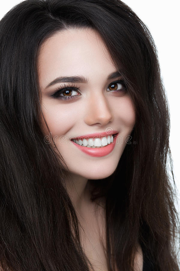 Le den unga kvinnan med sunda tänder, brunett royaltyfri foto