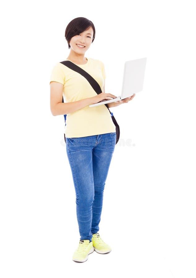 Le den unga kvinnan som rymmer en bärbar dator och isolerar på vit royaltyfri fotografi