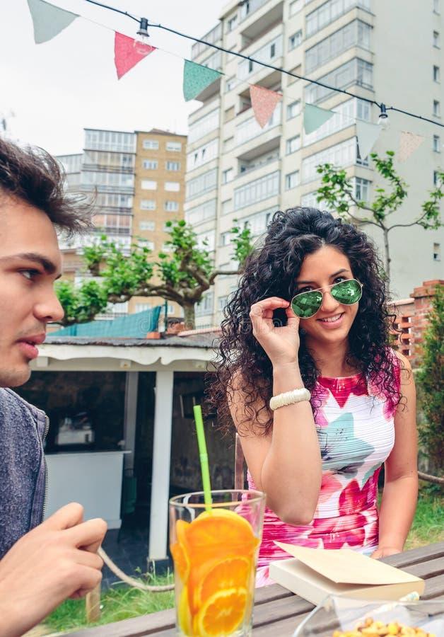 Le den unga kvinnan som ser kameran över solglasögon royaltyfria bilder