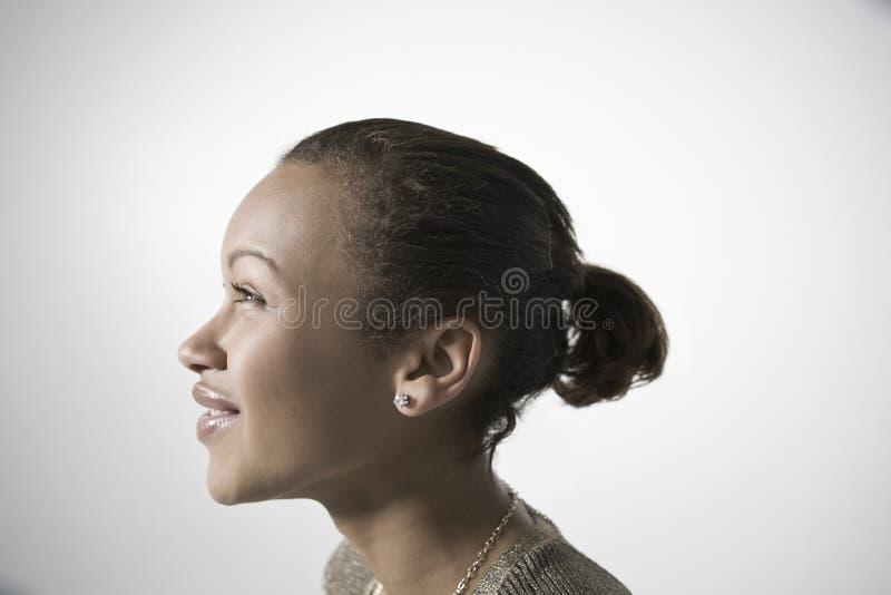 Le den unga kvinnan som ser UPP arkivfoto