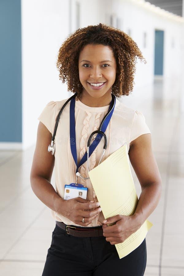 Le den unga kvinnliga doktorn med stetoskopet och anmärkningar arkivbilder