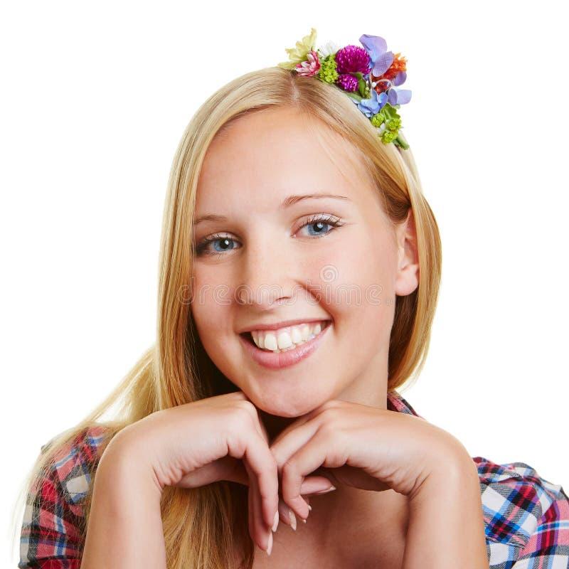 Le den unga lyckliga blonda kvinnan royaltyfri bild