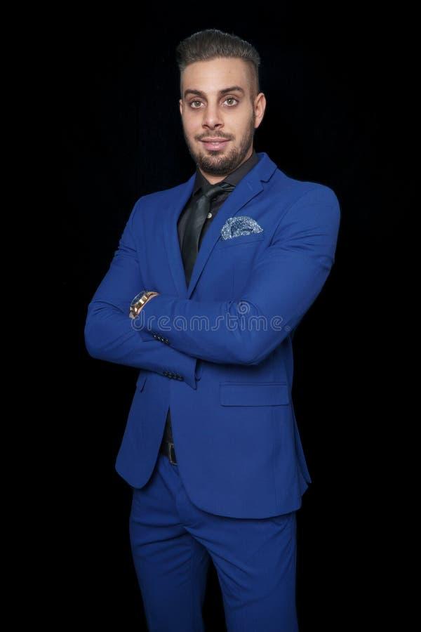 Le den unga mannen i en blå dräkt royaltyfri fotografi