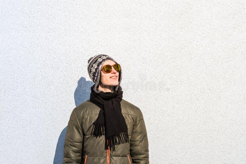 Le den unga mannen som utomhus poserar royaltyfri fotografi