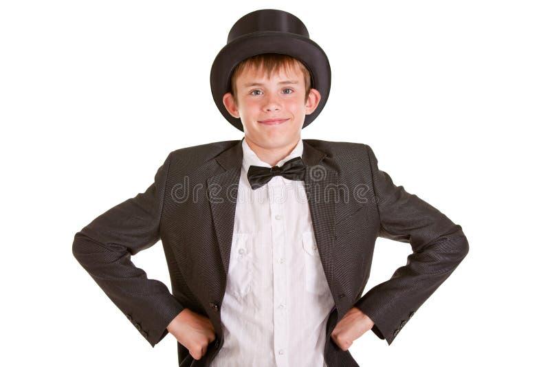 Le den unga pojken i formella kläder med den bästa hatten royaltyfri bild