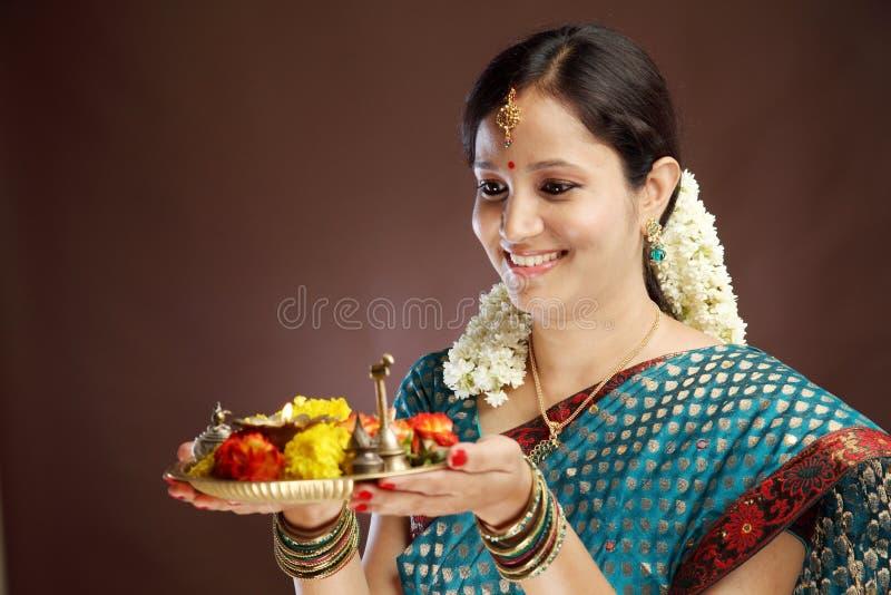 Le den unga traditionella kvinnan royaltyfri foto