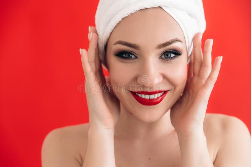 Le den ursnygga flickan med vita tänder för ett härligt smink och röda kanter Närbildstående av en gullig flicka med leende och arkivbilder