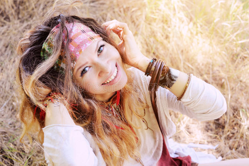 Le den utomhus- ståenden för lycklig hippiekvinna som ser kameran arkivbilder