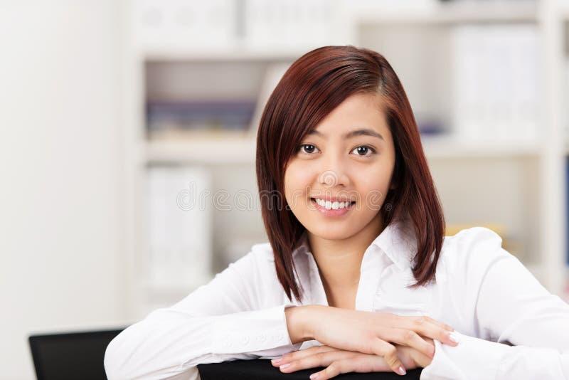 Le den vänliga asiatiska affärskvinnan eller studenten arkivbild