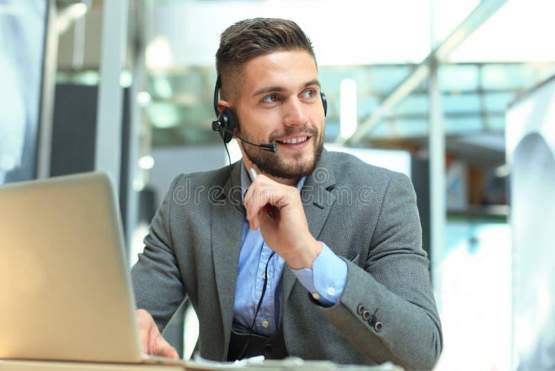 Le den v?nliga stiliga unga manliga call centeroperat?ren arkivbild