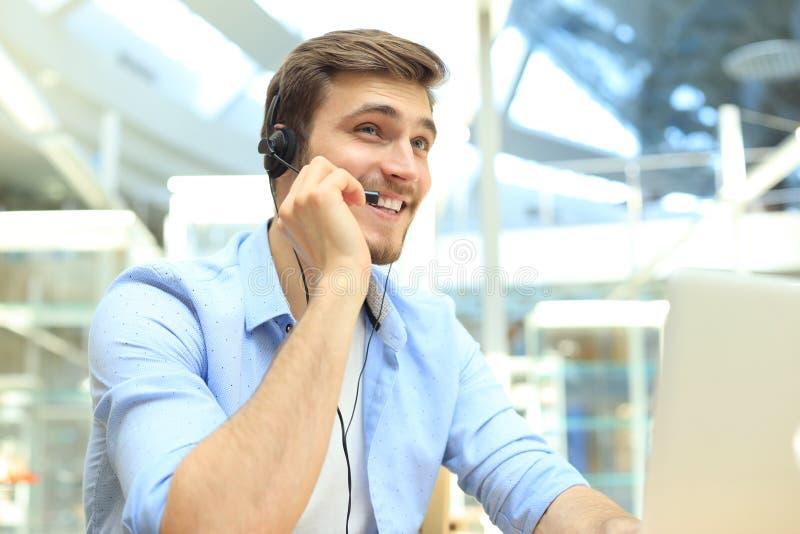 Le den v?nliga stiliga unga manliga call centeroperat?ren royaltyfria foton