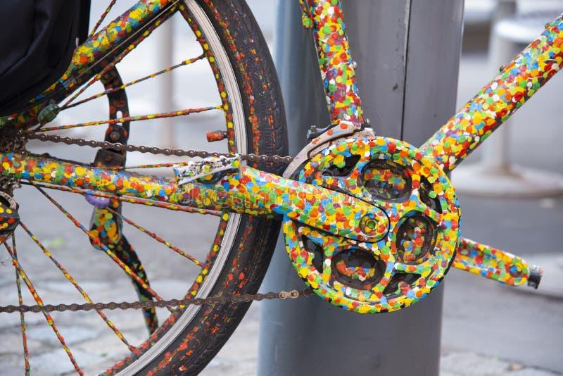 Le derailleur de la bicyclette haut en couleur colorée en points image stock