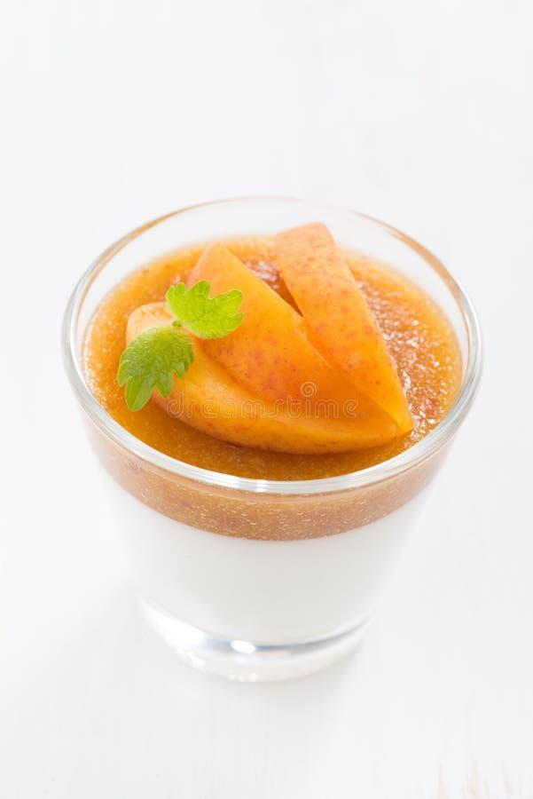 Le dessert avec de la crème et l'abricot gèlent et monnayent, vue supérieure images libres de droits
