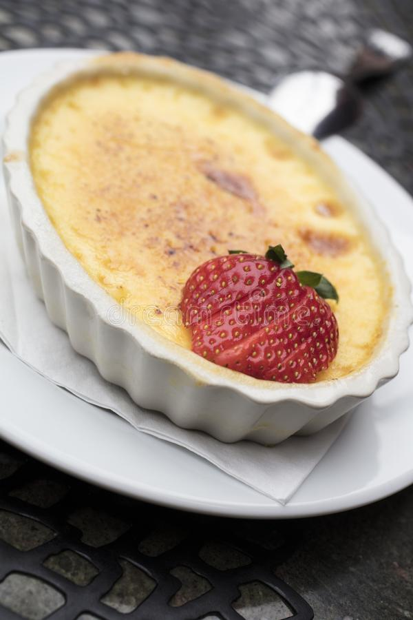Le dessert doux et crémeux de crème anglaise fait d'oeuf, lait et sucre complètent photos stock