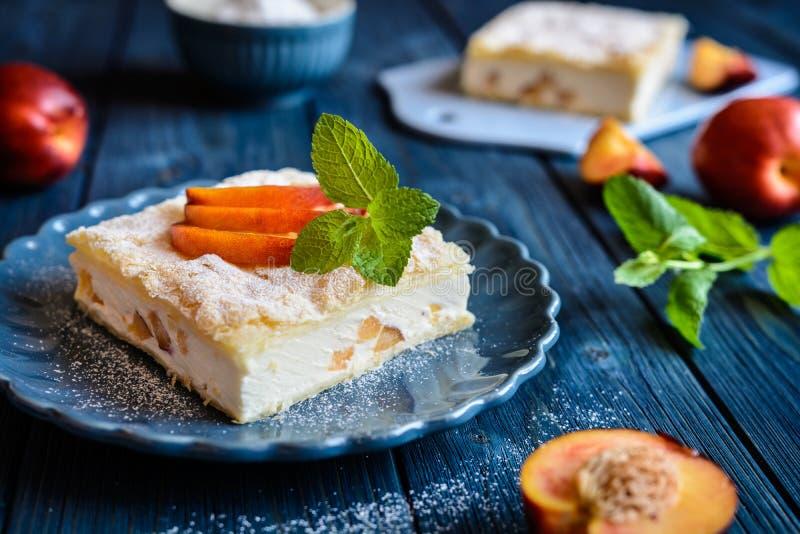 Le dessert fait de deux couches de pâte feuilletée a rempli de la crème et de nectarine de mascarpone photo libre de droits