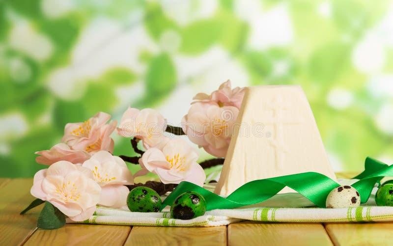 Le dessert traditionnel de Pâques curds et eggs sur le tissu, fleurs, nervure photos stock