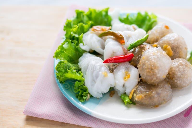 Le dessert traditionnel thaïlandais, boules de tapioca avec le remplissage de porc servent photo stock