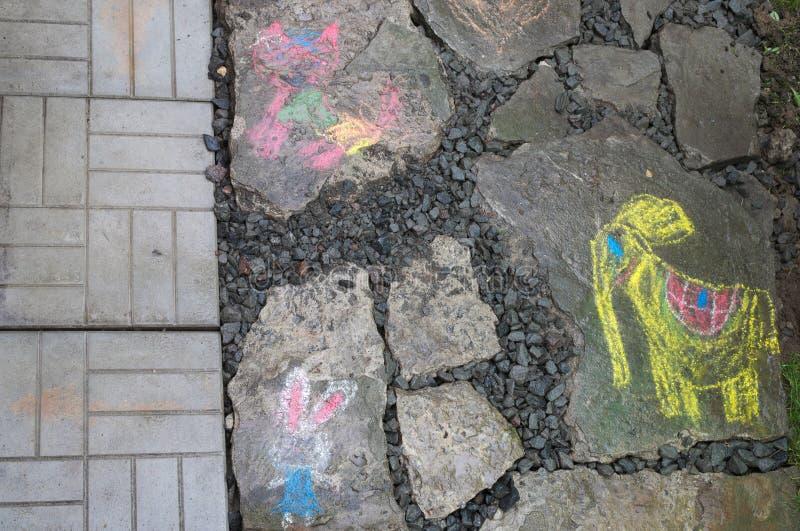 Le dessin d'un enfant sur une roche grise image libre de droits
