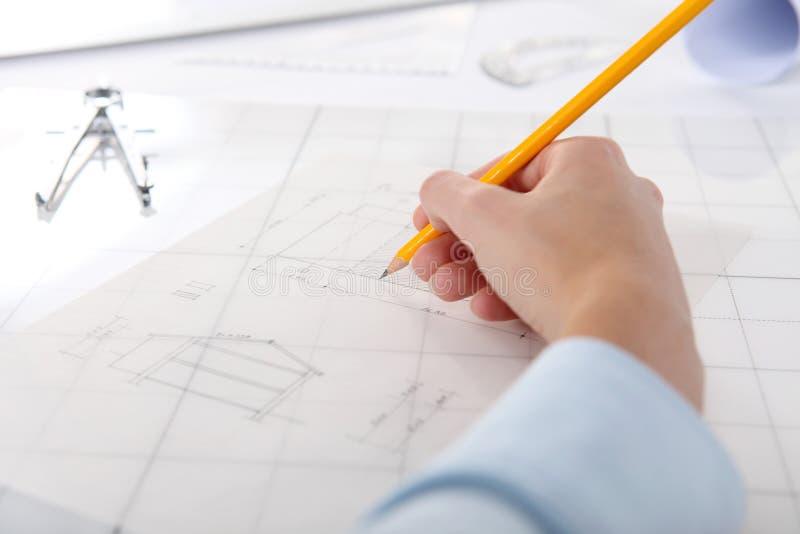 Le dessin de main avec le crayon, se ferment  photos stock