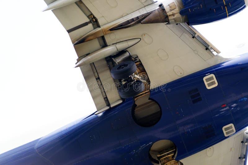 Le dessous d'un avion moderne photos stock