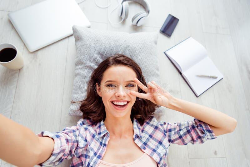 Le dessus au-dessus du v-signe visuel d'appel de vue de photo de belle photo satisfaite gaie positive courbe de dame occasionnel  photographie stock libre de droits