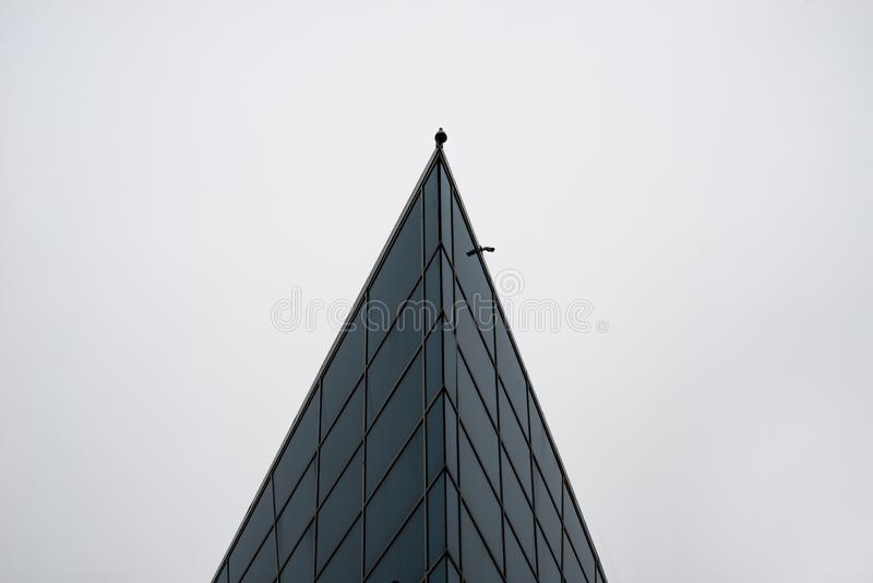 Le dessus d'un édifice haut avec une vidéo surveillance photographie stock