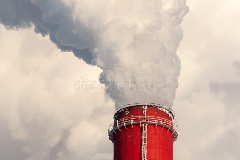 Le dessus d'une cheminée géante, plan rapproché Fumée de la cheminée, Cl photographie stock