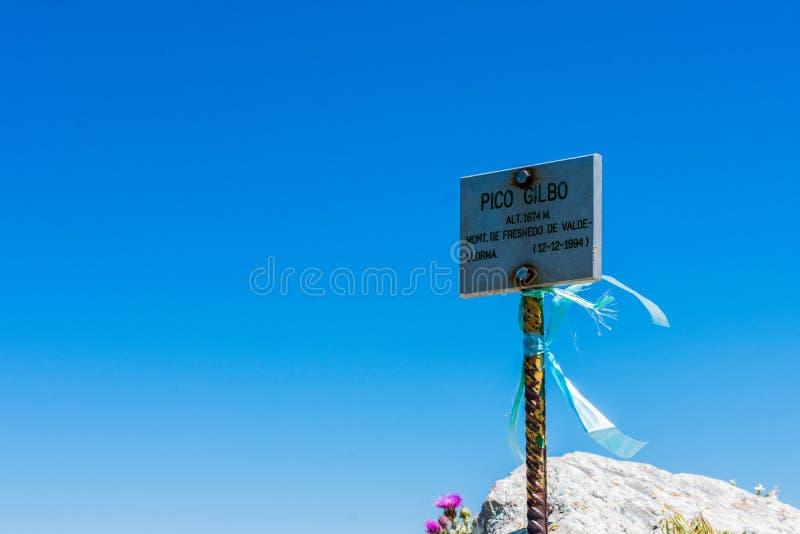 Le dessus de montagne signent dedans la montagne Gilbo images libres de droits