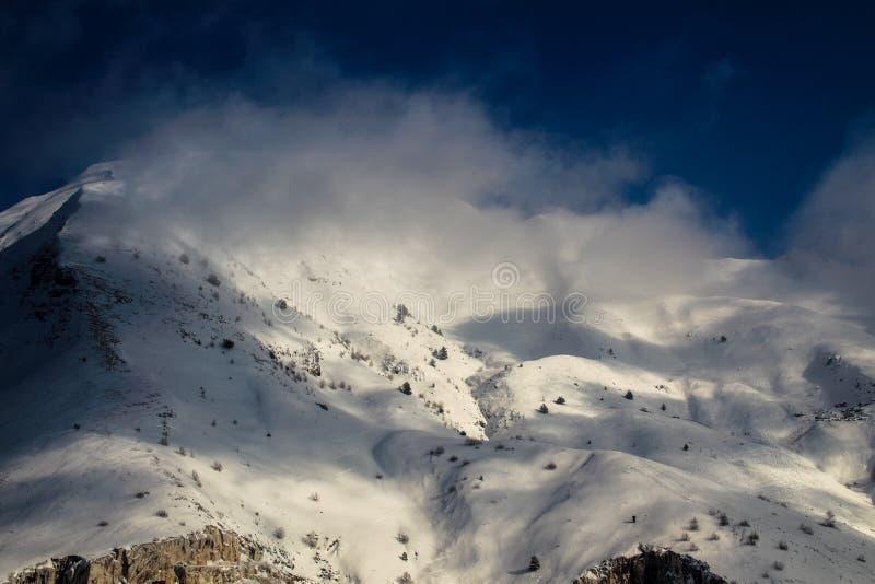 Le dessus de Sagro de bâti dans les nuages image libre de droits