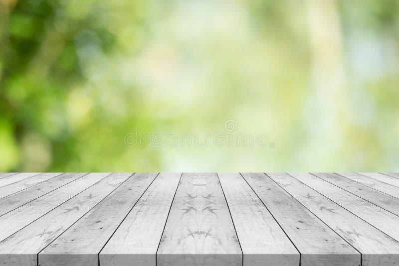 Le dessus de table en bois blanc vide sur le vert de nature a