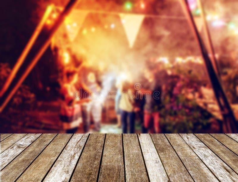 Le dessus de table en bois sur les amis brouillés de célébration de nouvelle année font la fête W photographie stock libre de droits