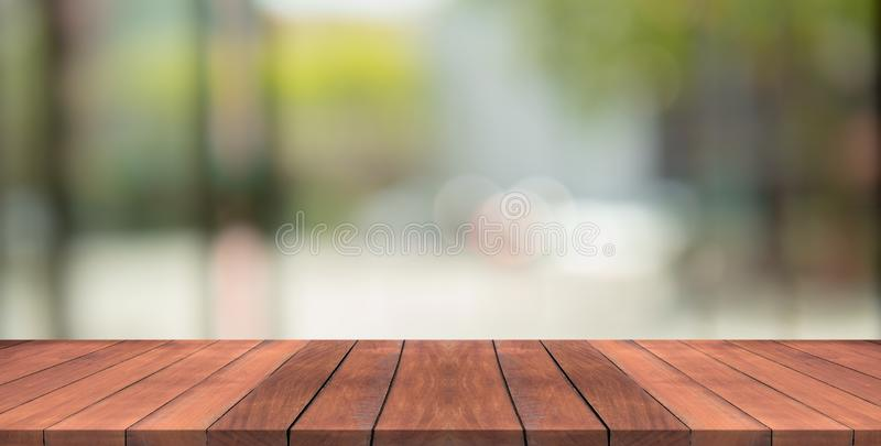 Le dessus de table en bois vide sur le vert de nature a brouillé le fond images stock