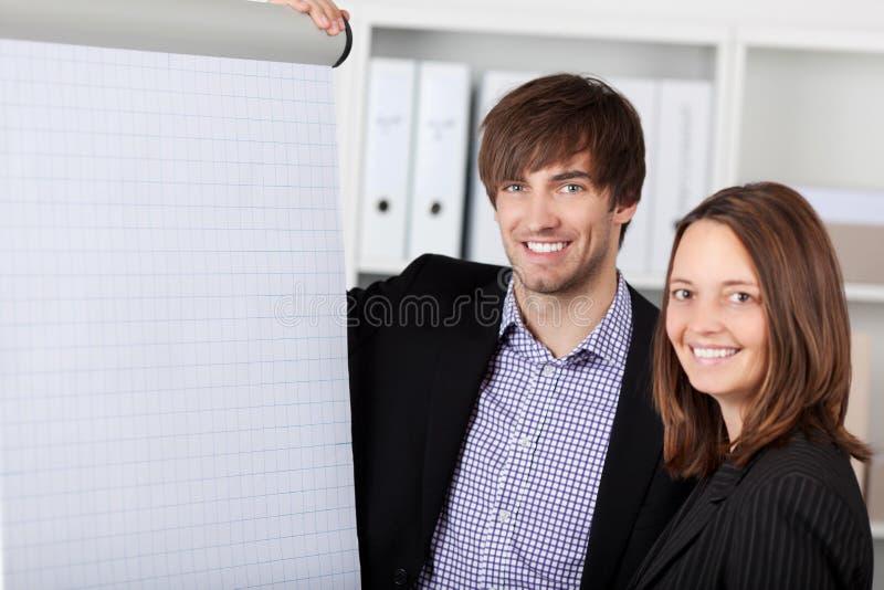 Le det affärskvinnaAnd Businessman In kontoret arkivfoto