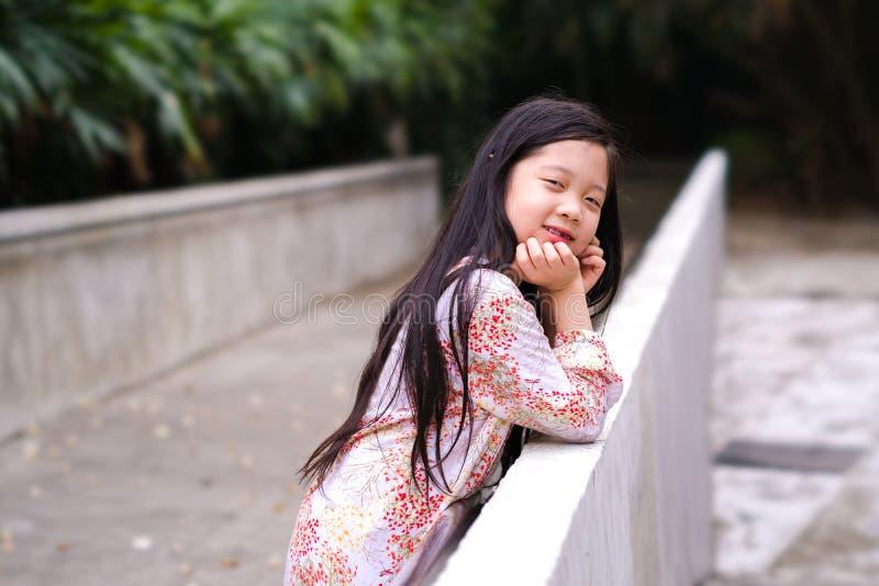 Le det asiatiska barnet i utomhus- parkera royaltyfria foton