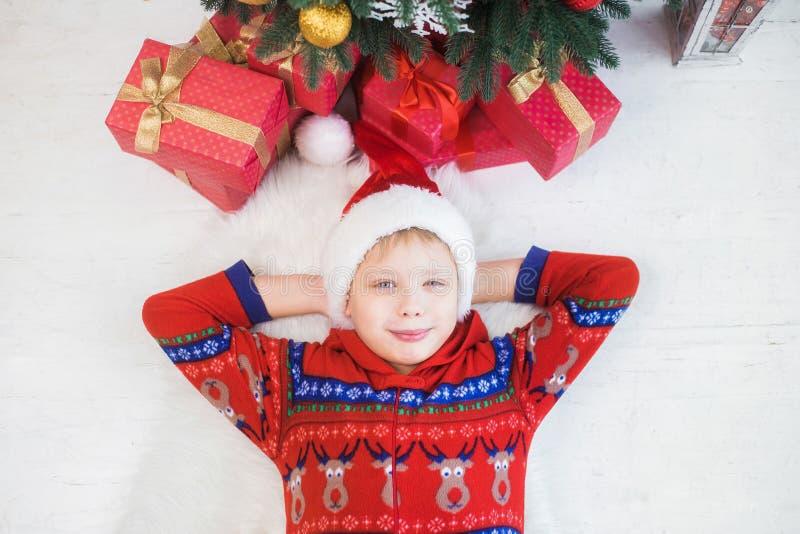 Le det gulliga lilla barnet i inre feriejul royaltyfri foto