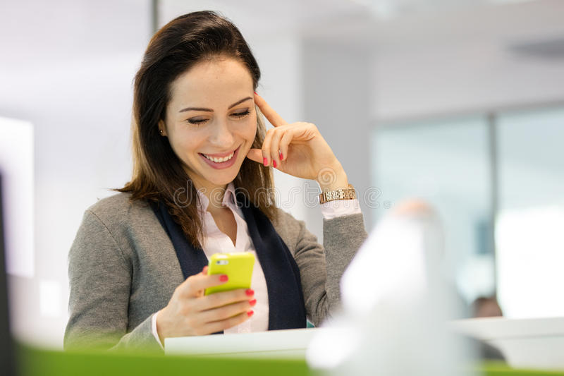 Download Le Det Läs- Textmeddelandet För Ung Affärskvinna På Smartphonen På Kontoret Arkivfoto - Bild av ockupation, kommunikation: 78727864