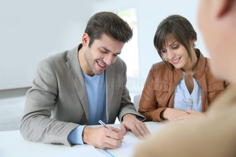Le det undertecknande avtalet för par royaltyfria bilder