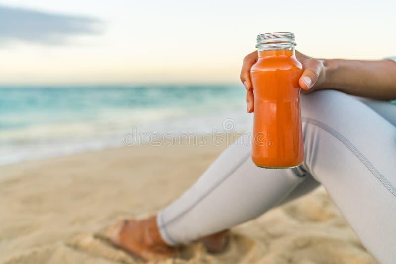 Le detox sain de smoothie de jus de carotte nettoient la femme image stock