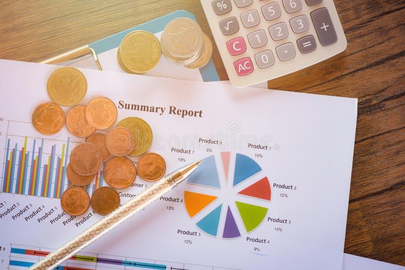 Le diagramme de rapport de gestion établissant le compte rendu succinct de concept de pièce de monnaie de calculatrice de graphiq photographie stock