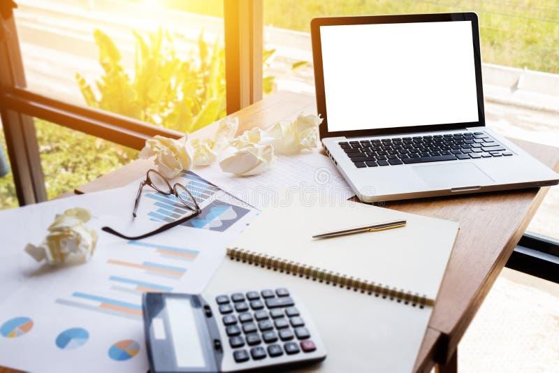 Le diagramme et le graphique rendent compte avec la calculatrice sur l'espace de travail de table photographie stock libre de droits