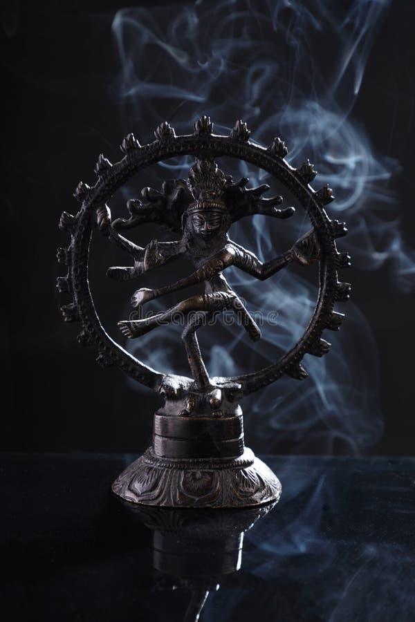 Le dieu hindouiste Nataraj / La statue d'Idole de la danse de Shiva avec la fumée photographie stock