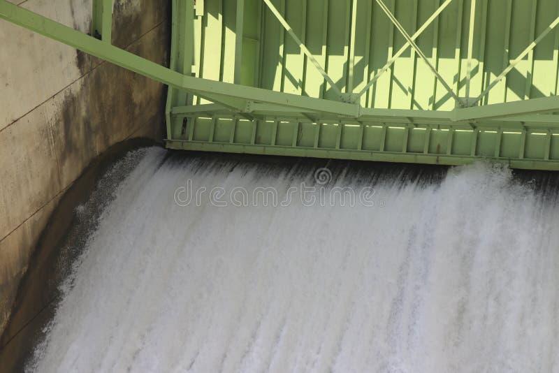 Le dighe sono liberate per l'agricoltura Watergate e scarico fotografia stock