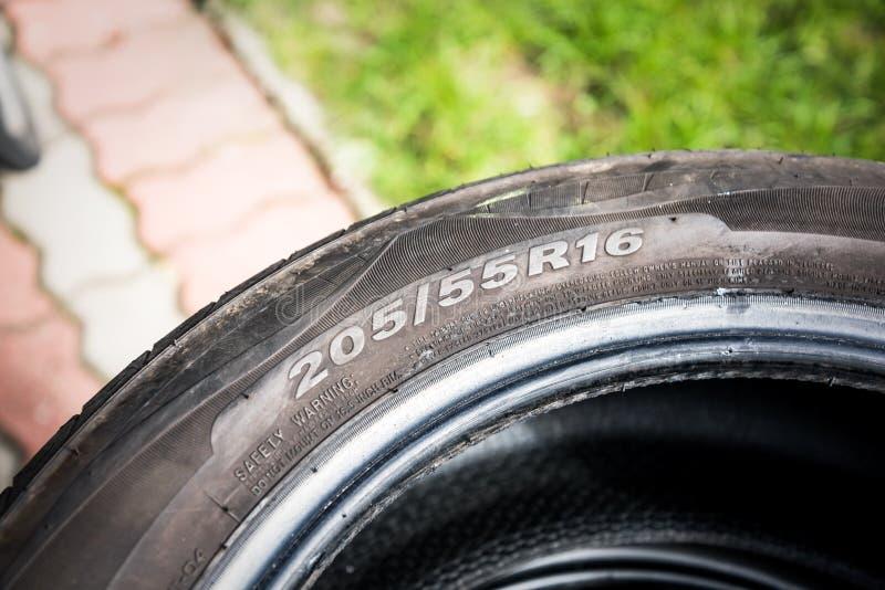 Le dimensioni degli pneumatici per macchine in vendita rappresentano le dimensioni e il tipo di costruzione dello schermo sullo s immagini stock libere da diritti