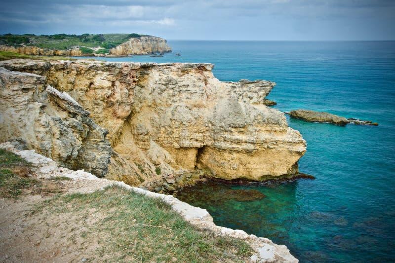 Le dinosaure de roche regarde au-dessus de la mer des Caraïbes images libres de droits