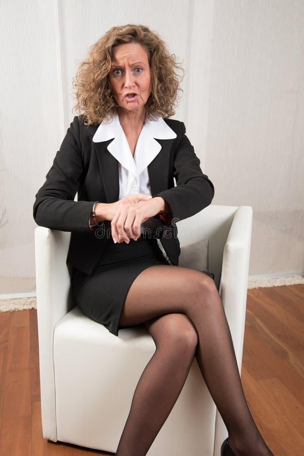 Le directeur féminin demande à être ponctuel image stock