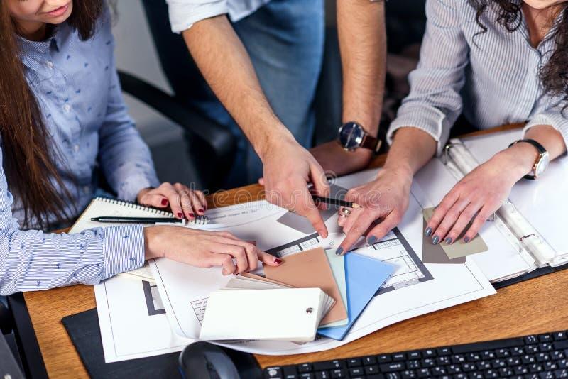 Le directeur ferme beau en verres explique les tâches professionnelles pour ses employés Concept créatif d'affaires de personnes  images stock