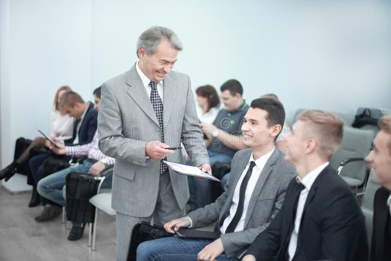 Le directeur tient une réunion de travail avec les employés de la société photographie stock
