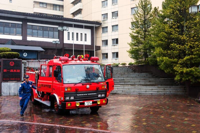 le dirigeant de pompier s'éteignent un feu photo libre de droits