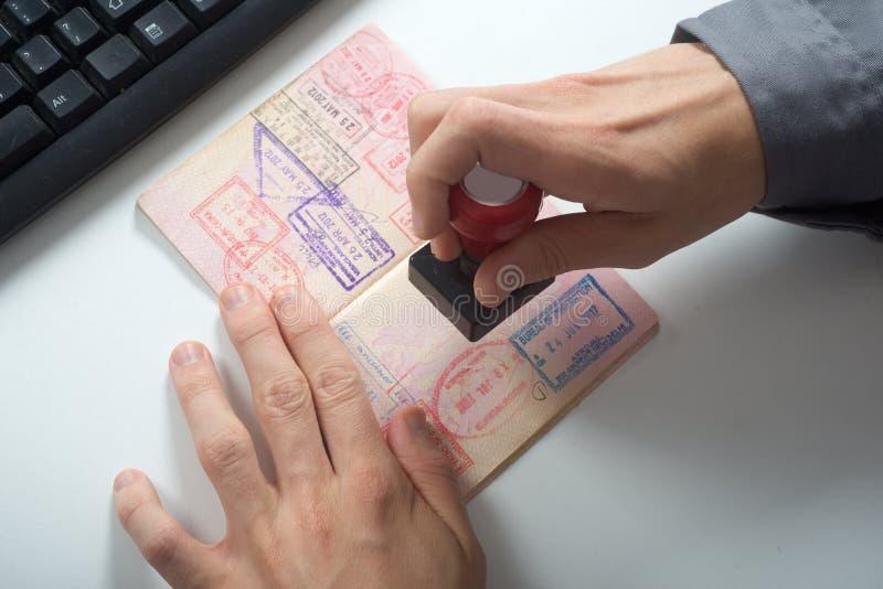 Le dirigeant emboutira dans le passeport photographie stock