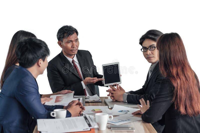 Le dirigeant en chef d'affaires utilise le comprimé pour discuter le plan d'action anal image libre de droits